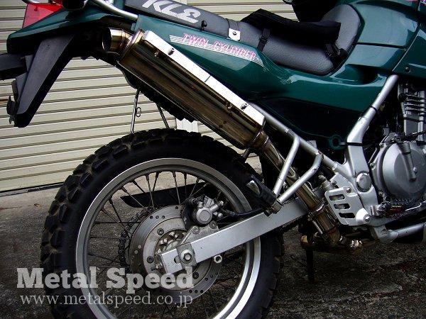 カワサキKLE250アネーロ用ワンオフマフラー サイレンサー部クローズアップ写真 by メタルスピード